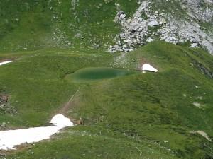 Petit lac émeraude dans le Beaufortain