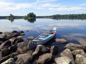 Faire du canoë dans le parc national d'Asnen en Suède