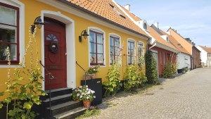 Ruelle colorée du village de Simrishamn, Scanie, Suède.