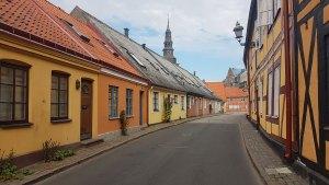 Ruelle colorée dans la ville d'Ystad au sud de la Suède.