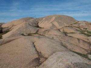 La mer de granit rose fait des vagues dans la réserve de Stångehuvud, Suède