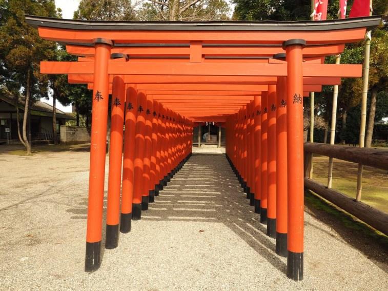 Mini Fushimi Inari de Kyoto dans le jardin japonais de Kumamoto