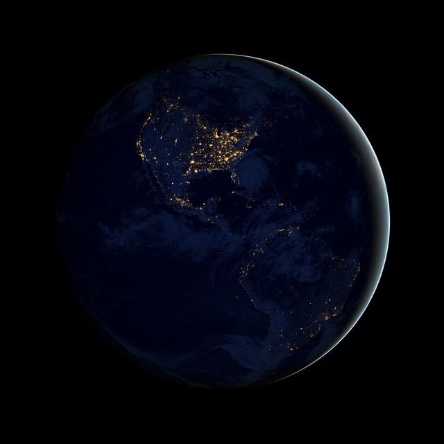 """Essa fotografia da América do Norte, Central e do Sul à noite foi composta a partir de imagens obtidas pelo satélite Suomi NPP. Os novos dados foram mapeados sobre as imagens de """"The Blue Marble"""" para fornecer uma visão realista do nosso planeta. Você consegue achar o Brasil no meio desta escuridão?"""
