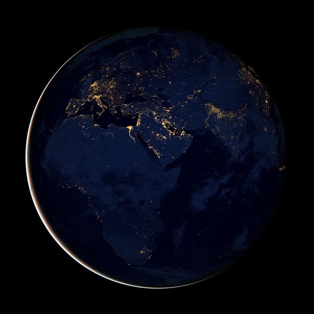 Nesta imagem podemos observar a África, Europa e Oriente Médio em meio à escuridão