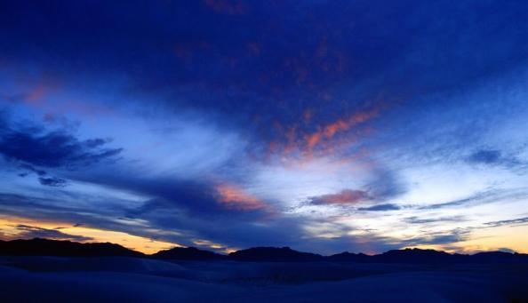 Céu vibrante do deserto Cores vibrantes no céu sobre um deserto..