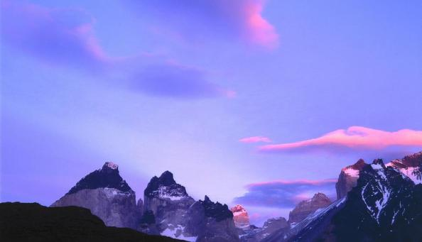 Parque Nacional Torres del Paine, Chile, Patagônia. Nascer do sol e céu azul sobre uma montanha.