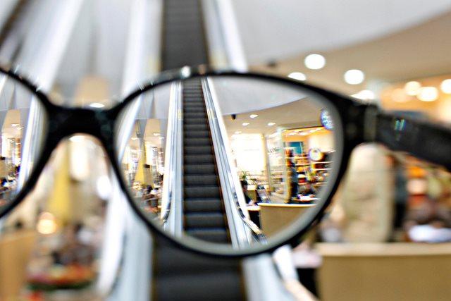 8ff137eae2b0c Se você usa óculos, este truque permite ver o mundo sem eles ...