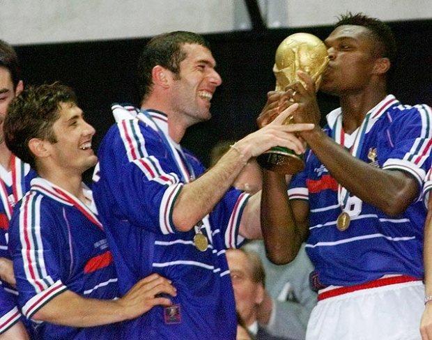 Zidane (centro), Marcel Desailly e Lizarazu com a taça da Copa de 1998