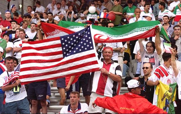 Torcedores com as bandeiras dos EUA e do Irã durante jogo entre os países e que acabou 2 a 1 para os asiáticos