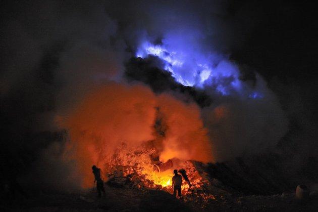 mineiros-extraem-enxofre-por-40-anos[1]