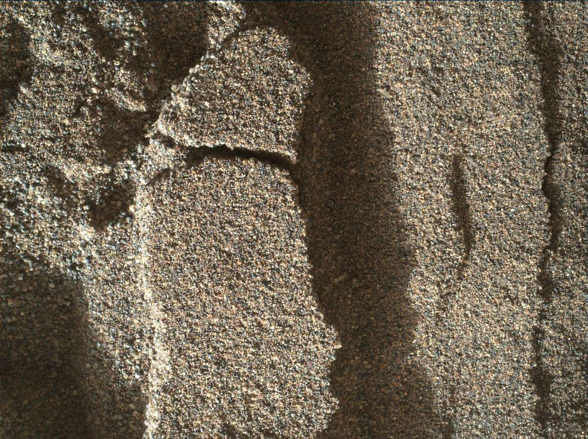 Trilha da roda da Curiosity revelou que a subsuperfície do lençol de areia continha grãos mais finos do que na superfície.