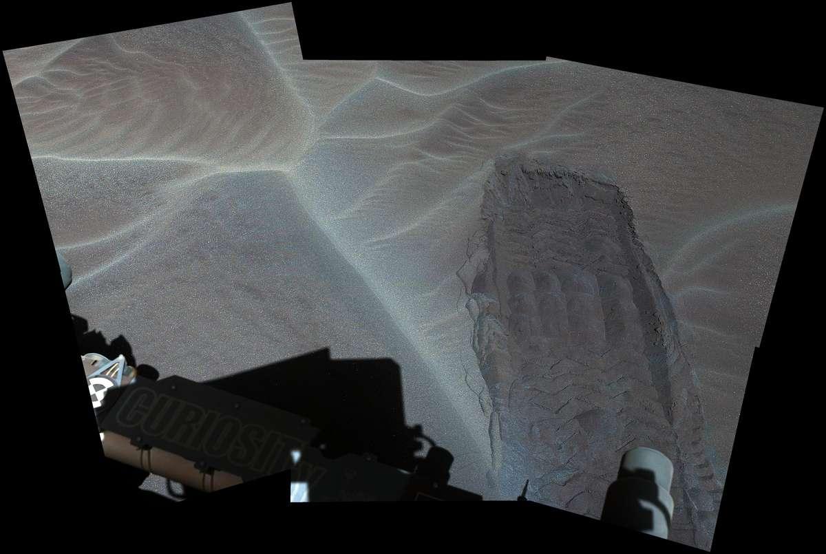 A Curiosity movimentou um pneu através de um lençol de areia perto das dunas para ver o que estava abaixo da superfície.