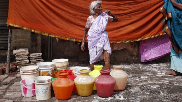 lady suffering water crisis
