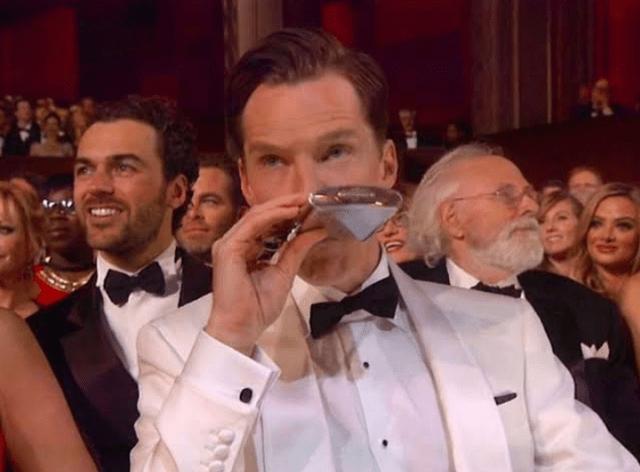 Benedict Cumberbatch drinking at oscars