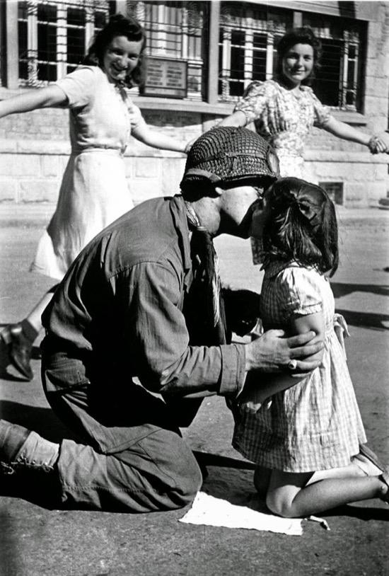 Una niña italiana le da un beso a un soldado en agosto de 1945