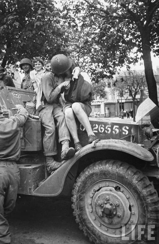 Un soldado americano besa a una mujer francesa en 1944