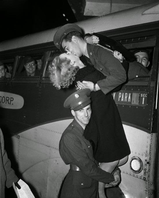 Otro beso de despedida, en 1941, y este con ayuda