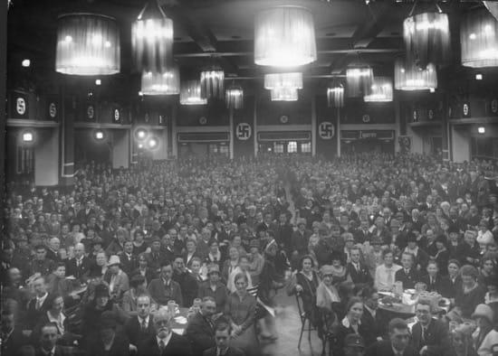 Asamblea del Partido Nazi en la cervecería Bürgerbräukeller, en Múnich, el año 1923.