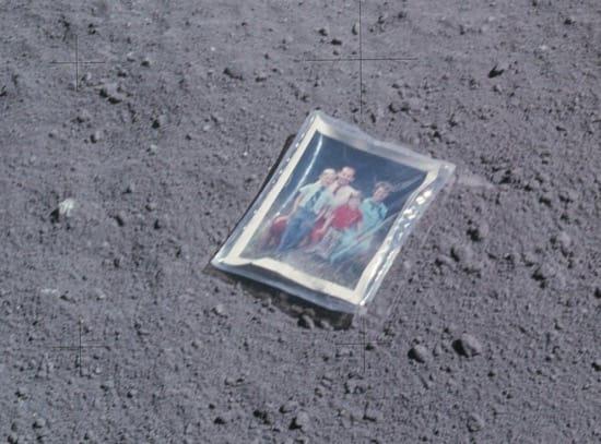 La historia de la foto que un astronauta dejó sobre la Luna