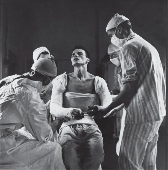 Un médico militar, herido en ambos brazos en noviembre de 1944. Su recuperación, que le llevó por varios hospitales, sirvió para ilustrar los cuidados que recibían los heridos, tanto en zona de combate como lejos de ella