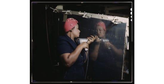 Trabajando con una taladradora manual en la construcción de un bombardero (1943) -- Alfred T. Palmer