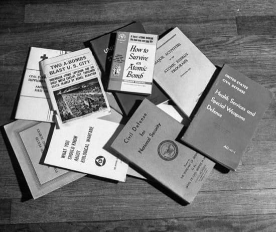 Algunos libros que los Bearden tenían al respecto de la supervivencia a un ataque nuclear