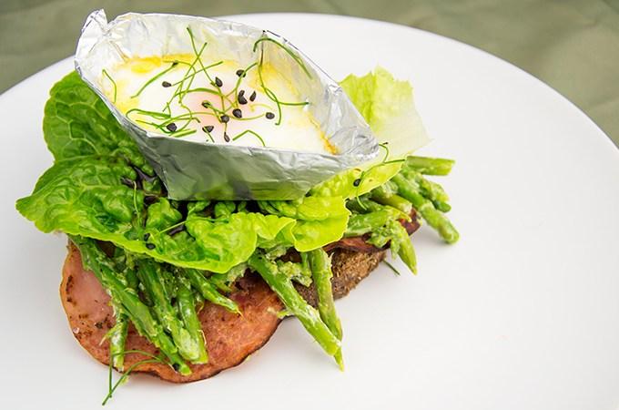 Gepocheerd ei op brood met ham en groene asperges