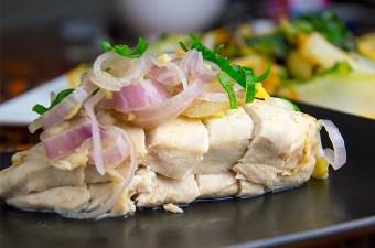 Gepocheerde kip in zoute sjalotjes