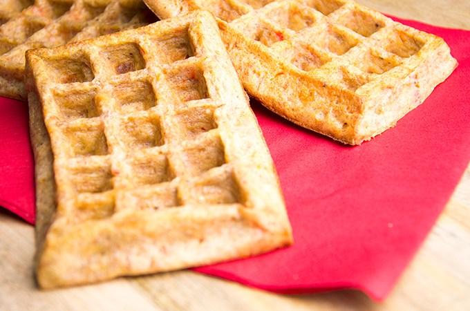 Hartige wafels met paprika en parmezaanse kaas