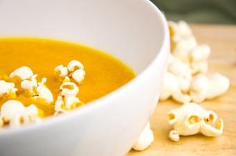 Pompoen peer popcorn soep