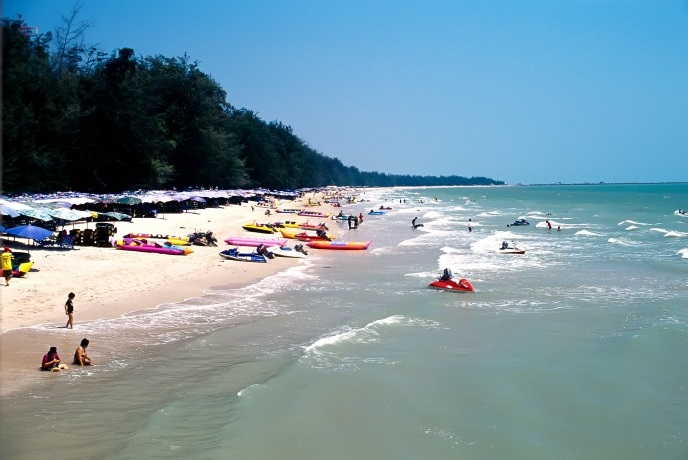 The lively resort town of Cha-Am's wide range of activities include water sports and bicycle riding along a 6-km stretch of beach.