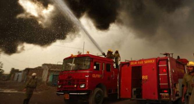 Fire in Delhi's Gandhi Nagar, firefighters try to control the fire