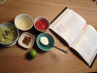 Kip, kruiden, tomaten, uien, komijn, groene peper, oriander, cayenne peper, yoghurt