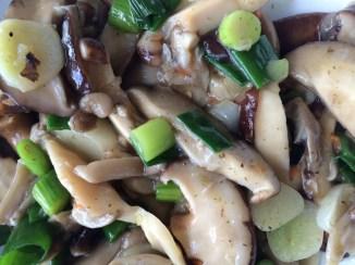 Chinese geroerbakte paddenstoelen met knoflook