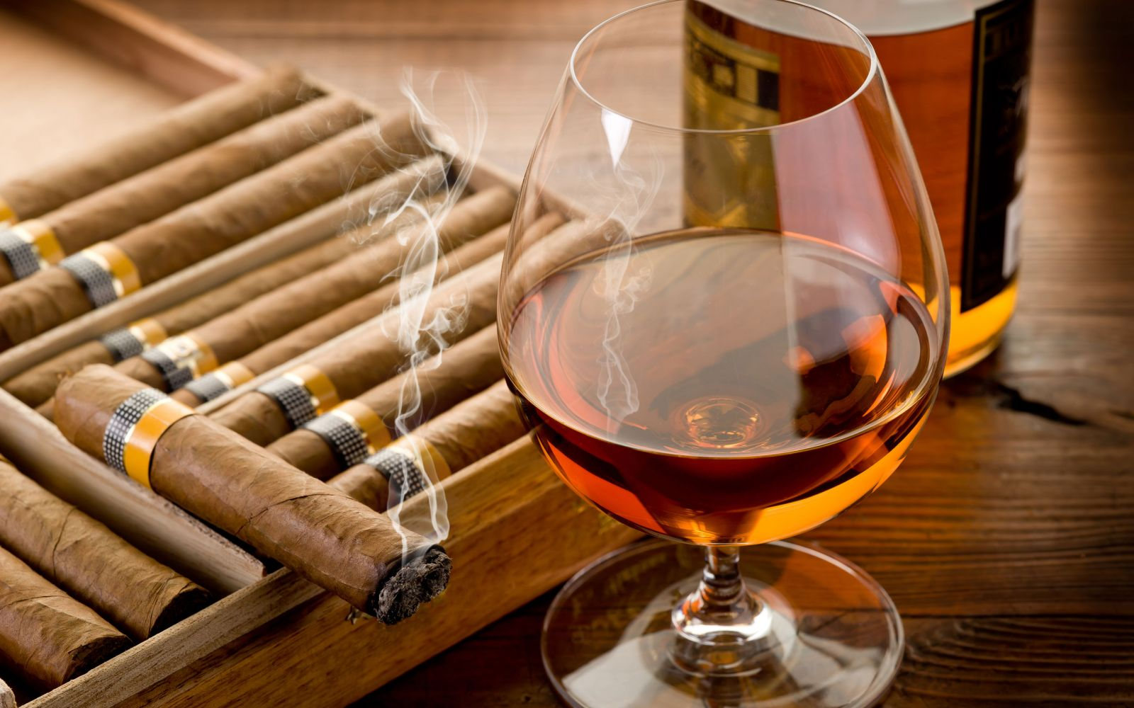 https://i1.wp.com/www.cursodecocteles.com/img/site/images/Cigar-Smoke-And-Cognac.jpeg