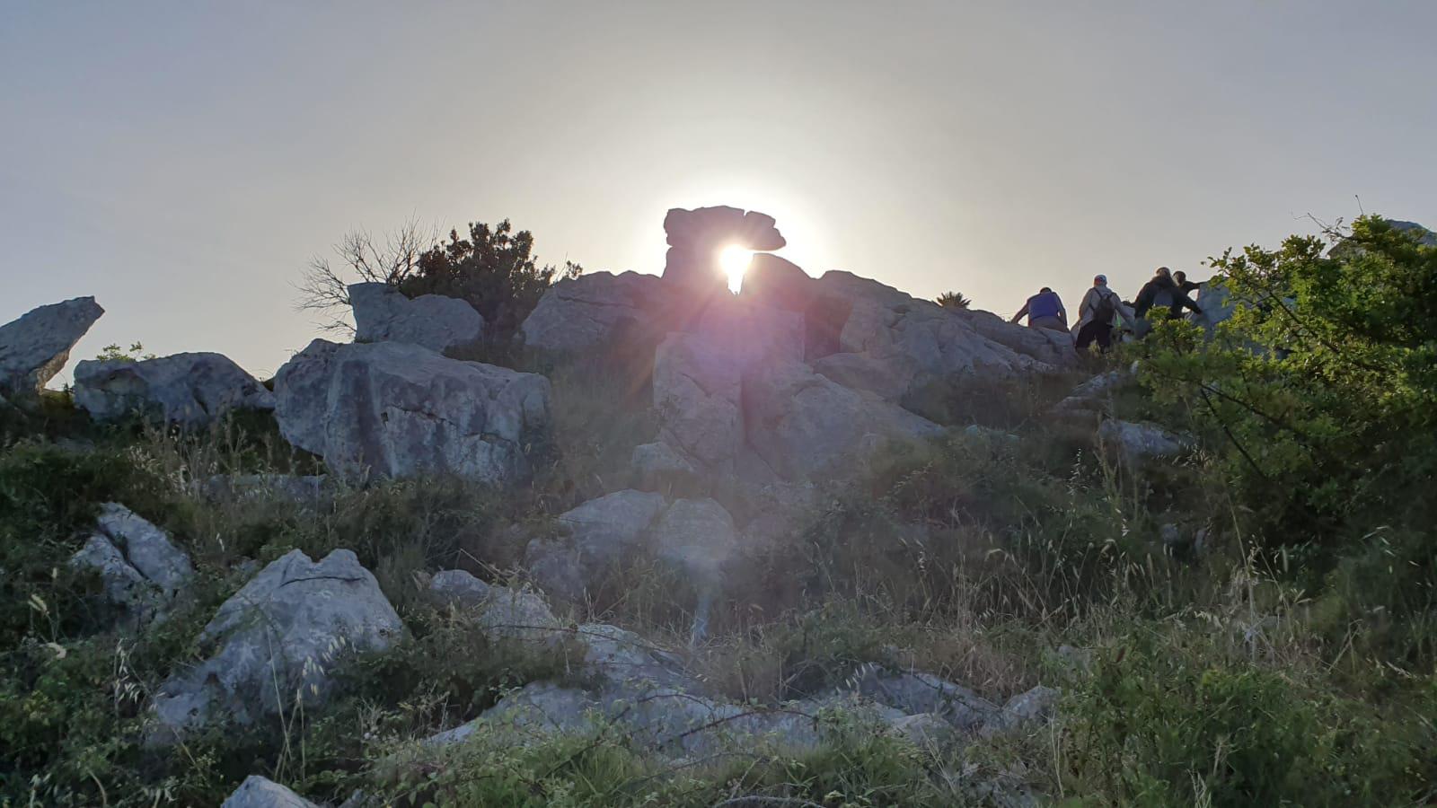 """La magia della """"Porta del Sole"""" di Custonaci: curiosi e appassionati assistono alla prima alba  dell'estate."""