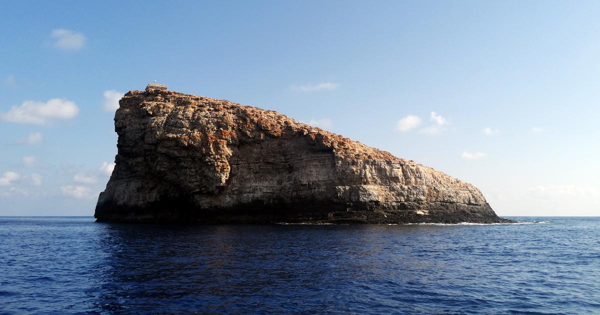 Lampione, il più piccolo isolotto dell'Area Marina Protetta delle Pelagie, paradiso degli squali grigi
