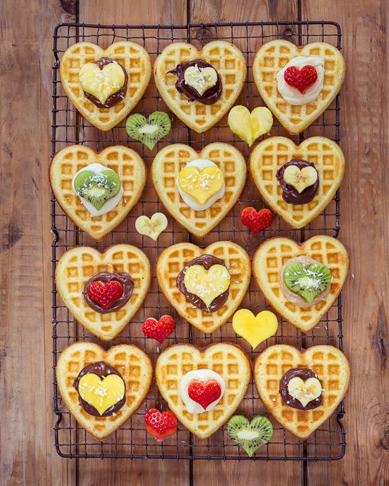Zum Valentinstag gibt es Herzwaffeln mit Obst zum Frühstück