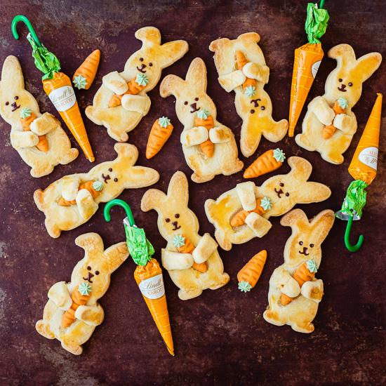Diese Kekshasen halten kleine Karotten aus Marzipan in den Händen