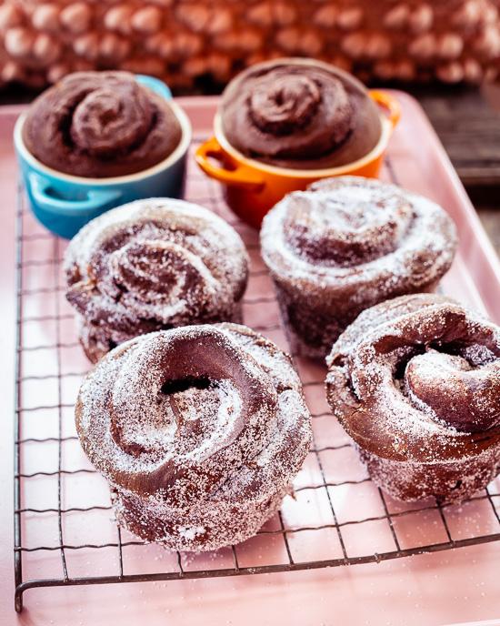 Für diese Schokoschnecken habe ich einfach die Zimtknoten aus School of Baking mit etwas Kakao gebacken und mit Nutella gefüllt.