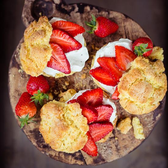 Frische Scones mit Erdbeeren aus Backen Craft und Rote Katze
