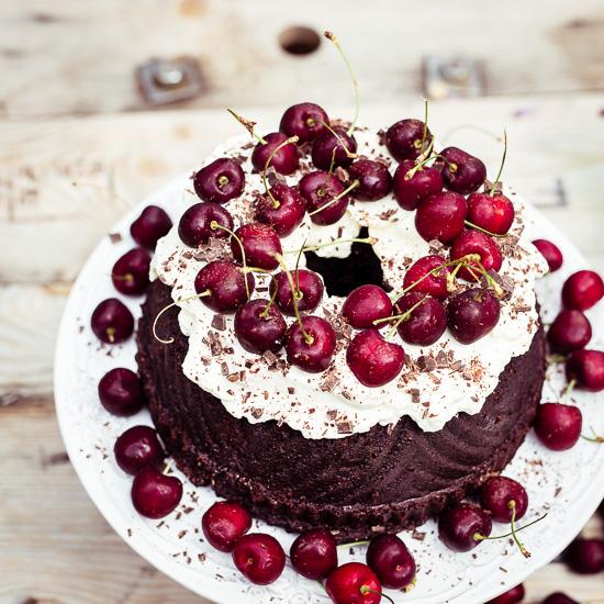 Mit den Roten Kirschen auf der Creme sieht der Schokoladenkuchen noch besser aus