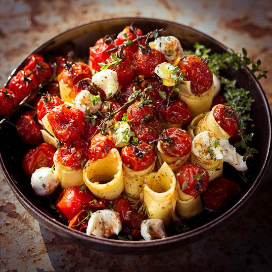 Gegrillte Tomaten mit Pasta und Mozarella