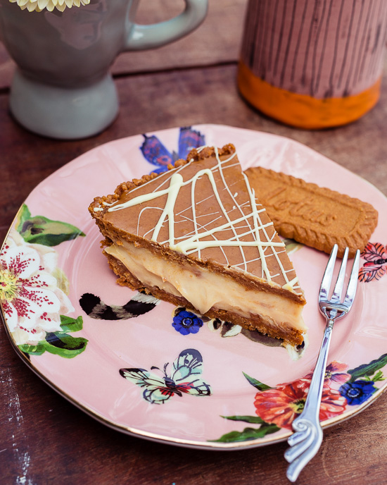 Die Basis für die Füllung dieser Lotus Tarte ist Kokos Milch und vegane weiße Schokolade