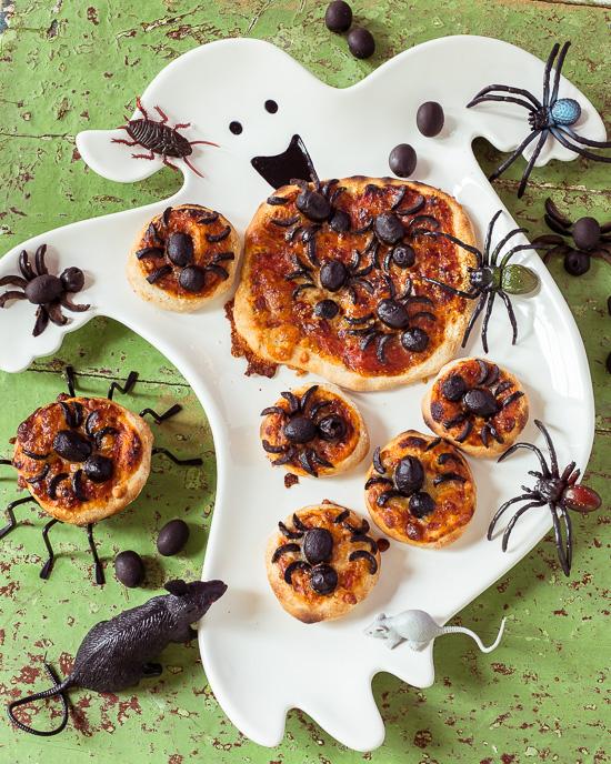 Die Spinnen auf dieser Halloween Pizza habe ich aus Oliven gemacht