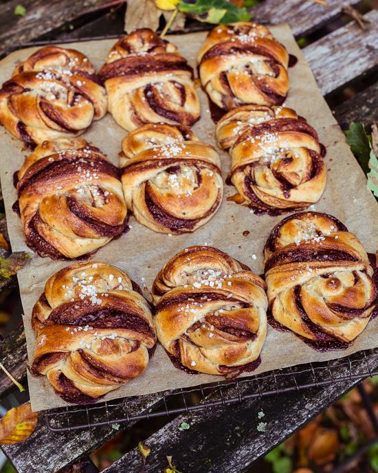Das Rezept für diese schwedischen Zimtknoten mit Kardamom findest Du in meinem Buch School of Baking