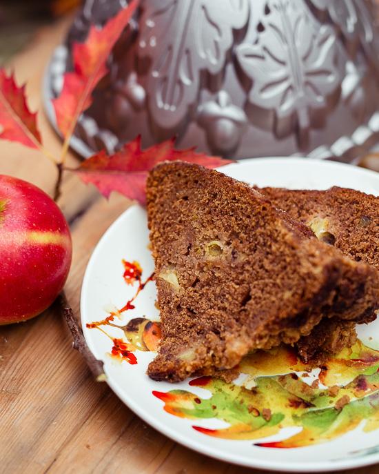 Für zusätzliches Apfelaroma sorgt bei diesem Apfelkuchen noch etwas Apfelsaft