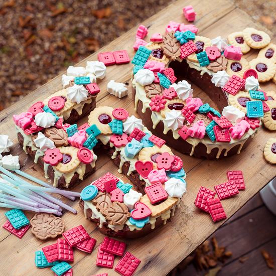 Für diesen Zahlenkuchen habe ich die Schokolade selbst gegossen und die Kekse auch selbst gebacken