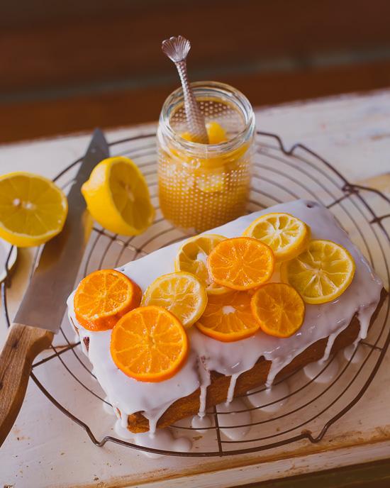 Die kandierten Zitrusschreiben für den Zitronenkuchen gehen ganz leicht