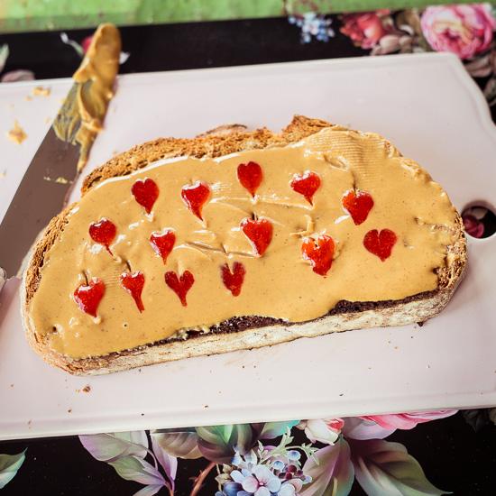 Dieser Peanut Butter und Jelly Toast ist ein Wink mit dem Zaunpfahl an den Mann wegen Valentistag